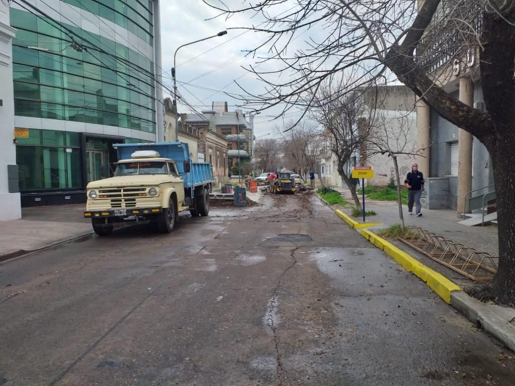Continúa la obra de bacheo de calle Pueyrredón y estará cortado el tránsito por dos días más